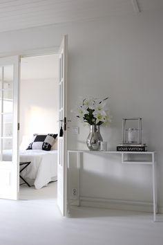 Homevialaura | living room | Ikea Vittsjö table | Georg Jensen Cafu vase | double doors | coffee table books | Hermes Avalon