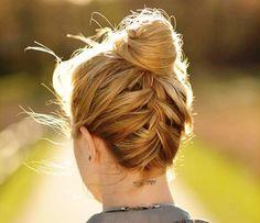 Haz un #peinado #Recogido casual con una #trenza para lucir elegante y cómoda.