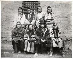 """""""Crow Indian chiefs captured at Custer battlefield on November 7, 1887 and imprisoned at Fort Snelling"""" /Вероятно имеется ввиду: сторонники Носителя Сабли,  арестованные и отправленные в Форт-Снеллинг, штат Миннесота. Среди них Глухой Бык - предводитель традиционалистов Кроу, единственный из лидеров, поддержавший Носителя Сабли и E-Tish-Easter-Ko-Kish, Spotted Rabbit/. Minnesota Historical Society"""