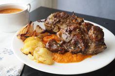 Carrilleras de cerdo al horno -  Las carrilleras es una carne muy tierna y jugosa de la cara del cerdo, además es una carne económica con la que podemos preparar diferentes platos. Hoy propongo carrilleras de cerdo al horno, queda una receta de fiesta, jugosa, tierna y un plato muy completo.    Carrilleras de cerdo al ho... - http://www.lasrecetascocina.com/carrilleras-cerdo-al-horno/
