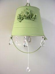 Luminária com balde de metal pintado.