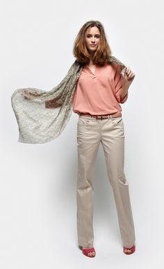 Un look muy yo. Pantalones y blusa básicos y un foulard, imprescindible.