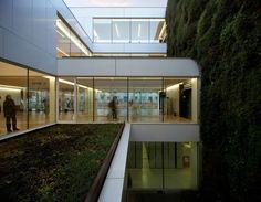 Construído pelo Corea & Moran Arquitectura na Girona, Spain na data 2014. Imagens do Pepo Segura. A nova biblioteca está localizada em um grande terreno retangular no centro de Girona. Delimitado a norte pela movime...