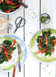 Glutenfrie spinatpandekager med vegansk pikant ost og stegte grøntsager
