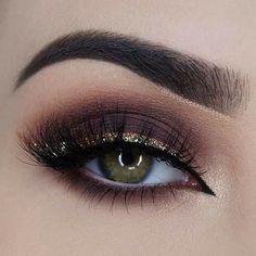 25 Perfect Holiday Makeup Looks and Tutorials Dark Brown Smokey Eye + Gold Glitter Liner Makeup Goals, Makeup Inspo, Makeup Tips, Beauty Makeup, Makeup Style, Makeup Tutorials, Makeup Quiz, Makeup Lessons, Pretty Eye Makeup