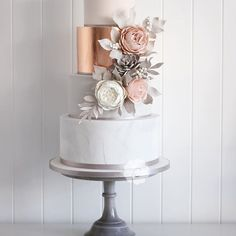 New autumn class.. come and learn how to make this wedding cake. I will teach you how to achieve sharp edges, apply metallic leaf, lustre, create a marble effect in the icing, make various types of roses, a succulent berried leaves. We will then dust and create a floral cluster. See website for details www.poppypickering.co.uk #poppypickeringcakes #newclass #cakedecorating #marble #rosegoldweddingcake #yorkshireweddingcakes #weddingcake