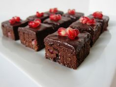 Fragrant Vanilla Cake: Raw Pomegranate Chipotle Brownie Bites (V) (GF) Brownie Desserts, Oreo Dessert, Mini Desserts, Coconut Dessert, Raw Vegan Desserts, Healthy Vegan Snacks, Vegan Dessert Recipes, Raw Vegan Recipes, Vegan Treats