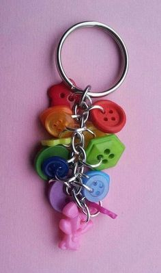 metal keychain with rainbow buttons charms Diy Jewellery Chain, Diy Jewelry, Jewelry Making, Button Art, Button Crafts, Diy Keychain, Keychain Ideas, Diy Buttons, Bijoux Diy