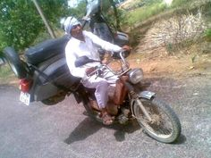 Scooter on Luna – Amazing but Funny : India Pictures - Funny India . Funny Picture Jokes, Funny Jokes, Hilarious, Funny Images, Funny Photos, Cool Photos, Funny Pictures Pakistani, Top 20 Funniest, Moped Scooter