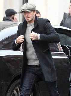 David Beckham is fast turning back into a dapper English gentleman, complete with his now trademark Baker Boy flat cap and smart jacket. Mode David Beckham, David Beckham Style, Cable Sweater, Grey Sweater, Navy Overcoat, Peacoat Outfit, Looks Black, Mens Caps, Mens Flat Caps
