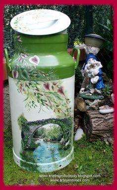 Pot a lait aluminium Painted Milk Cans, Paint Cans, Garden Painting, Tole Painting, Flower Pot Crafts, Flower Pots, Milk Can Decor, Milk Pail, Old Milk Cans
