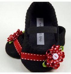 Baby Shoes Black and red mary jane por OnlyLittleOnce en Etsy Cute Baby Shoes, Baby Girl Shoes, Crochet Shoes, Crochet Baby Booties, Doll Shoe Patterns, Felt Shoes, Felt Baby, Baby Sandals, Baby Boutique