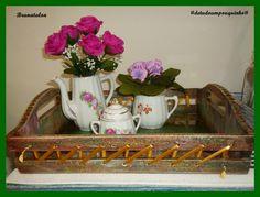 Bandeja feita técnica de madeira de demolição, com decoupagem de flores envelhecidas e passado fitas ao lado e com um fundo de vidro ♥
