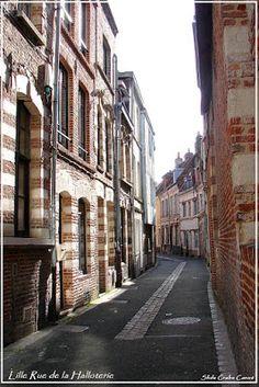 Lille; Une rue du Moyen Age, la Rue de la Halloterie.