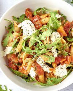 Dé perfecte pasta voor wie van wat pit houdt. Deze eenvoudige saus  smaakt heerlijk af en kan je uiteraard zo pikant maken als je zelf wil.  Voor een milde versie gebruik je wat minder chilivlokken. Lekker in  combinatie met de zachte mozzarella en peperige rucola. Klaar in 15  minuten!