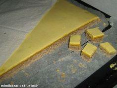 Máslo+cukr utřeme do pěny, přidáme umleté ořechy, mouku a sníh. Rozetřeme na vymazaný a vysypaný ple...