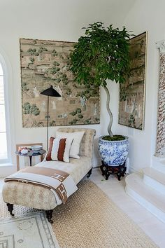 Chinoiserie wallpaper, blue and white porcelain, chaise lounge, sisal rug. Style At Home, Living Room Inspiration, Home Decor Inspiration, Home Design, Design Design, Living Room Decor, Living Spaces, British Colonial Decor, Interior Decorating