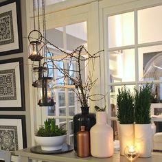 Marraskuun pimeyttä vastaan on kotia laitettu tunnelmallisemmaksi kynttilöillä. Havut, oksat ja viherkasvit piristävät kun ikkunan takana luonto käy harmaaksi.