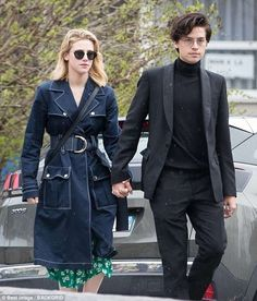 Cole Sprouse and Lili Reinhart make an adorable pair on and off screen! The Riverdale costars, who play fan-favorite couple Betty and Jughead on The CW series, Cole M Sprouse, Dylan Sprouse, Sprouse Bros, Cole Sprouse Funny, Cole Sprouse Jughead, Memes Riverdale, Riverdale Betty, Bughead Riverdale, Riverdale Funny