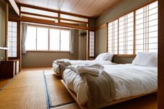 Japanese bed and breakfast sleeping quarters (Ikigai Lodge) Japanese Bed, Japanese Style, Tatami Room, Room Interior, Interior Design, King Beds, Bed And Breakfast, Traditional Japanese, Bedding
