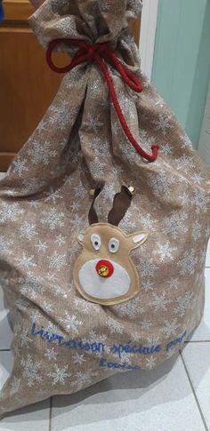 Et si cette année vous confectionniez une hotte de Noël en tissu pour placer tous les cadeaux au pied du sapin ou décorer votre intérieur à l'occasion des fêtes ? Ce tuto couture est gratuit. Occasion, Burlap, Reusable Tote Bags, Tutorial Sewing, Fume Hood, Fir Tree, Tutorials, Gifts, Hessian Fabric