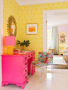 Home Decor Habitacion Yellow lattice wallpaper and pink desk brighten this area.Home Decor Habitacion Yellow lattice wallpaper and pink desk brighten this area Home Interior, Interior And Exterior, Interior Design, Gray Interior, Modern Interior, Pink Home Offices, Pink Desk, Pink Dresser, Pink Drawers