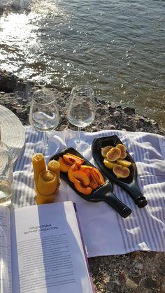 Bottle plate/ Melted bottle/ Slumped bottle/ by Bottleplate Picnic Date Food, Picnic Time, Summer Picnic, Beach Picnic Foods, Fall Picnic, Summer Aesthetic, Aesthetic Food, Melted Wine Bottles, Picnic Pictures