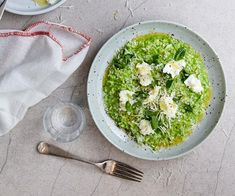 Pea risotto with buffalo mozzarella and spring herbs recipe - Juice pea shells (see note) and refrigerate juice to chill. Heat half the olive oil in a large frying pan over high heat and sauté peas and garlic until tender minutes). Pea Recipes, Gourmet Recipes, Vegetarian Recipes, Cooking Recipes, Yummy Recipes, Pea And Mint Soup, Pea And Ham Soup, Risotto Cremeux, Fennel Soup
