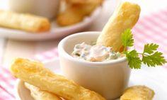 Käsestangen mit Gemüse-Dip                              -                                  Ein pikanter Brandteig-Snack mit einem Möhren-Quark-Dip für die Party
