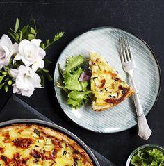 Tærter er nemme at lave og tage med sig, og med en frisk salat er det det perfekte måltid. Prøv en kartoffeltærte med både grønt og kød.