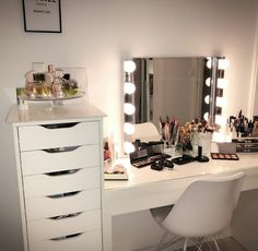 30 Clever Ways to Use Small Space for Dressing Table with mirror Room Ideas Bedroom, Girl Bedroom Designs, Bedroom Decor, Cute Room Decor, Teen Room Decor, Makeup Room Decor, Makeup Desk, Dressing Table Mirror, Bedroom Dressing Table