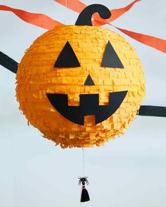 Halloween Pumpkin Pinata idea for your Halloween party later this month! Super easy to make and looks great! Fill it with lots of candy and the kids will love it! Halloween Spider Decorations, Halloween Party Themes, Halloween Crafts For Kids, Halloween Birthday, Halloween Projects, Diy Halloween Decorations, Easy Halloween, Halloween Pumpkins, Pinata Halloween