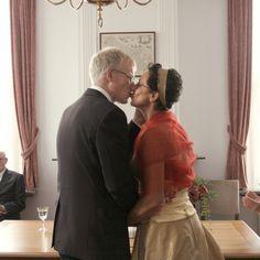 Klassieke bruiloft. De kus tijdens de ceremonie.