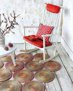 Con mantelitos individuales que ya no usemos, se puede crear esta original alfombra de exterior.