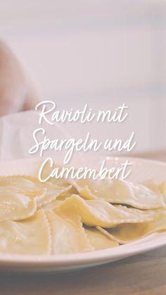 Hausgemachte Ravioli sind toll! Besonders wenn sie mit siasonalen Zutaten gefüllt werden! Wenn du Spargeln liebst, sind diese Spargel Ravioli ein Muss für dich! Super einfach und mega lecker! Toppe sie noch mit Camembert und voilà! Das beste Ravioli mit Spargeln Rezept, welches wir bisher kreiert haben. Ricotta, Icing, Videos, Desserts, Food, Homemade Ravioli, Italian Recipes, Super Simple, Food Portions