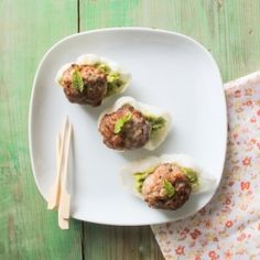 (in spanish with translator) Kefta style mini hamburguers with avocado and mint cream over a shrimp cookie