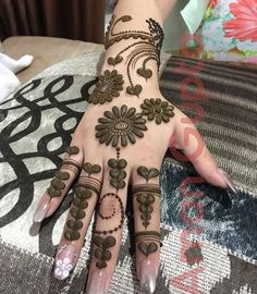 Discover delightful and simple henna designs for girls to adorn their hands and feet for any event. Additionally, henna plays an important role in our weddings and functions. Mehndi Designs Book, Modern Mehndi Designs, Mehndi Designs For Girls, Mehndi Design Pictures, Beautiful Mehndi Design, Arabic Mehndi Designs, Latest Mehndi Designs, Henna Tattoo Designs, Mehndi Images