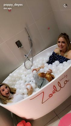 Zoe and Poppy in the Zoella apartment. British Youtubers, Best Youtubers, Zoella Apartment, Zoella Lifestyle, Poppy Deyes, Sugg Life, Youtube Names, Zoella Beauty, Marcus Butler