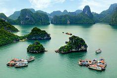 """La Bahía de Ha Long en Vietnam: También conocida como """"La Bahía del Dragón Descendente"""", Ha Long es un sitio declarado Patrimonio de la Humanidad por la UNESCO y es un destino turístico popular en Quảng Ninh, Vietnam. Esta maravilla natural ofrece aguas turquesa, karst de piedra caliza e islas de todas las formas y tamaños."""