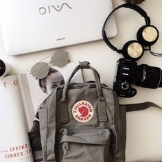 backpack, sunglasses, and kanken afbeelding maletas Mochila Kanken, Backpack Outfit, Backpack Bags, Moda Korea, My Bags, Purses And Bags, Fjallraven, Aesthetic Backpack, What In My Bag