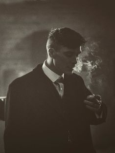 "clássico ohfuckyeahcillianmurphy: ""Before the take… Cillian Murphy on the set of Peaky Blinders by Robert Viglasky "" Peaky Blinders Poster, Peaky Blinders Wallpaper, Peaky Blinders Series, Peaky Blinders Quotes, Peaky Blinders Tommy Shelby, Peaky Blinders Thomas, Cillian Murphy Peaky Blinders, For Emma Forever Ago, Film Serie"