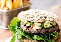 Fuldkornsburger med saftig bøf, salat, avocadosalsa og fritter. Skal prøves!
