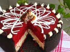 Hmmm, a marriage of Red Velvet cake and cheesecake? Does anyone have a straight Red Velvet cheesecake recipe? Velvet Cake, Bolo Red Velvet, Red Velvet Cheesecake Cake, Köstliche Desserts, Delicious Desserts, Dessert Recipes, Yummy Food, Best Cheesecake, Cheesecake Recipes