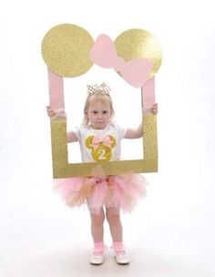 Minnie Mouse photo booth made from a big picture frame, scrapbooking paper, and tool. Minnie Mouse First Birthday, Minnie Mouse Theme, 1st Birthday Girls, 1st Birthday Parties, Birthday Ideas, Fete Emma, Pink Gold Party, Mickey Party, Birthday Decorations