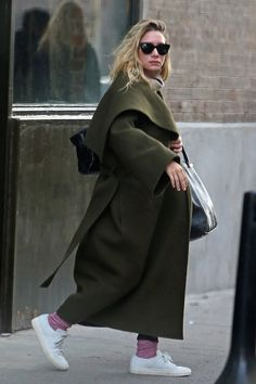 Ashley Olsen shows us two fun ways to wear bright pink socks. For a sporty-chic look, she paired her socks with some white low-top sneakers. For a more laid-back look, she paired the same socks with some clogs. Try this simple styling trick with other bright colors or even printed socks!
