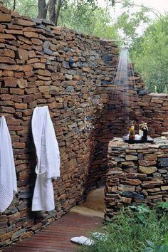 Duchas al aire libre. No estamos inventando nada, las duchas exteriores existen, aunque normalmente se limitan a esas que se colocan junto a las piscinas. Con un diseño bastante sencillo, todo sea dicho.