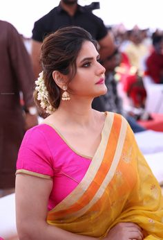 Zarine Khan Beautiful Images in Saree Beautiful Curves, Beautiful Saree, Beautiful Indian Actress, Beautiful Gorgeous, Beautiful Images, Beautiful Women, Bollywood Fashion, Bollywood Actress, Tamil Actress