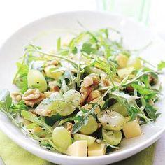 Rucolasalade met druiven, oude kaas en walnoten met dressing van olijfolie, wittewijnazijn en mosterd.