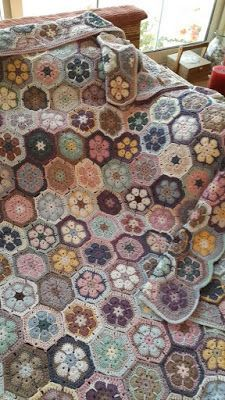 Ideas for crochet granny square pattern hexagon african flowers Crochet Diy, Crochet Afghans, Beau Crochet, Crochet Quilt, Manta Crochet, Crochet Home, Crochet Motif, Crochet Crafts, Crochet Blankets