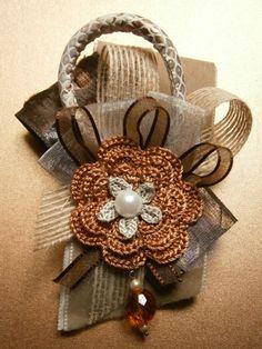 Broche con flor crochet, cintas de tul y terciopelo.   Flower Brooch crochet, tulle and velvet ribbons.  mariaytu.com